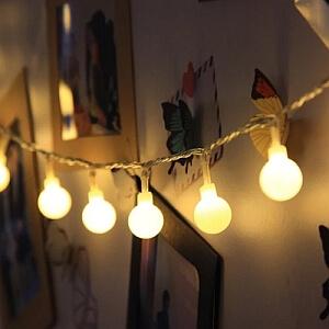 Sznur lampek LEDowych na ścianę